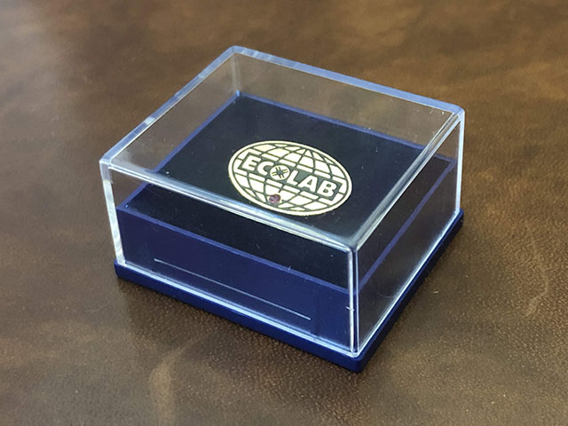 пластиковый футляр для значков